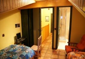Muebles y baño del dormitorio doble.