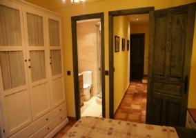 Armario y baño del dormitorio.