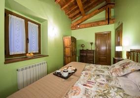 Dormitorio con ventana, calefacción y armario