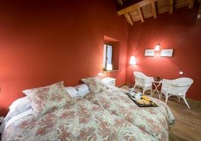 Camas y mobiliario del dormitorio Mendi