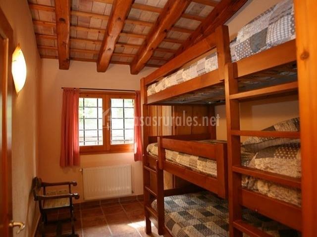 Habitación con triple litera