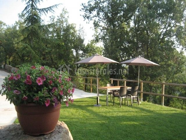 Terraza exterior con muebles de jardín