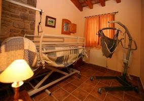 Habitación totalmente equipada con grua incluida