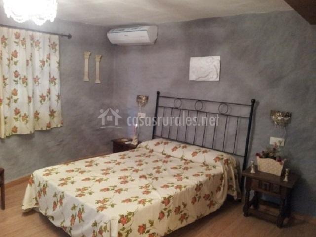 Dormitorio de matrimonio con paredes grises