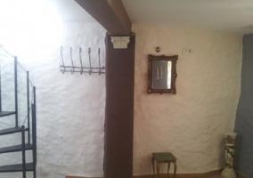 Escaleras de la casa junto a espacio con espejo en la pared
