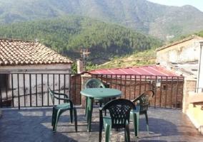 Terraza con valla y muebles de exterior verdes