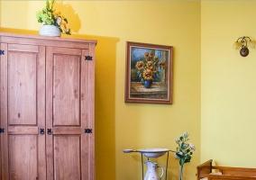 Zona de relax en la habitación amarilla