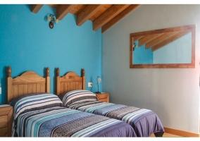 Habitación doble con camas individuales con espejo