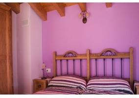 Habitación doble con camas individuales y armario
