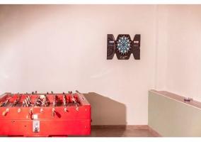 Sala de juegos con diana y futboolin