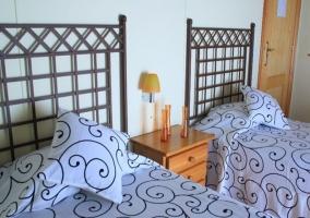 Dormitorio de la casa con suelos de madera y varias camas