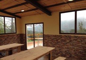 Comedor amplio con chimenea en la esquina y estructura de forja