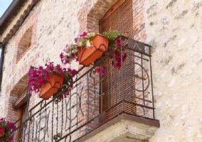Balcón de la fachada de la casa con macetas y flores