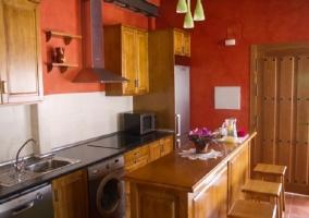 Cocina de la casa con isla y taburetes altos