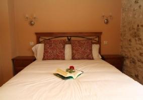 Dormitorio de matrimonio con libro abierto sobre la cama