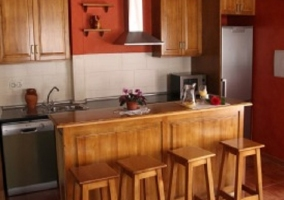 Isla con taburetes en la cocina frente a la encimera