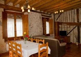 Mesa de comedor y sala de estar al lado