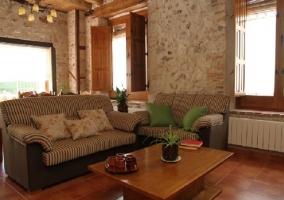 Sillones de rayas con cojines encima en la sala de estar