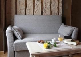 Sofá cama en dormitorio doble con mesa baja delante