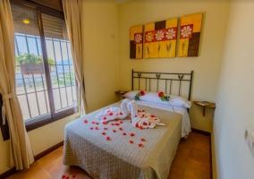 Dormitorio de matrimonio con rosas
