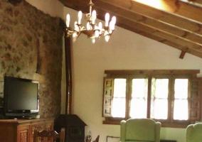 Salón con sillones y estufa de leña