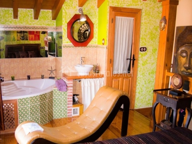Dormitorio con diván tantra y baño