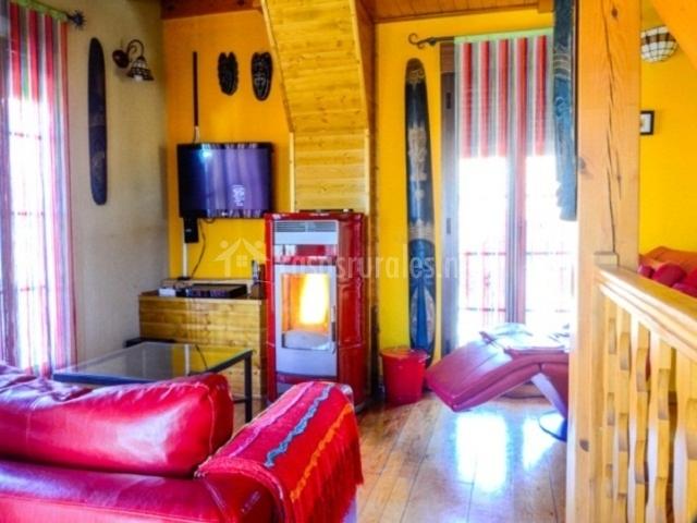 Salón con chimenea y sofá de masaje