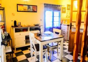 Cocina con mesa y mueble en blanco