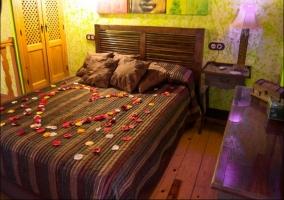 Cama de matrimonio con decoración romántica