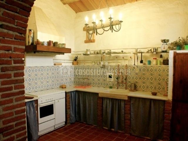 cocina chimenea del salón cocina con cortinas en mueble
