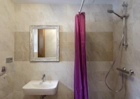 Cuarto de baño con ducha y espejo