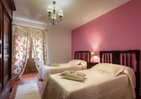 Dormitorio doble con camas separadas y con balcón