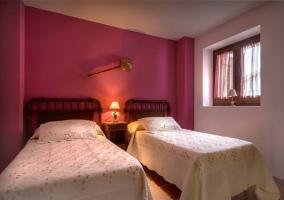 Dormitorio doble con camas separadas rosa