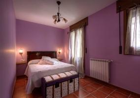 Dormitorio matrimonial morado con calefacción