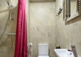 Cuarto de baño con ducha y cortina de baño