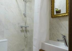 Cuarto de baño con plato de ducha y mueble
