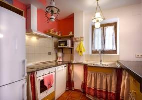 Cocina equipada con frigorífico, horno y microondas