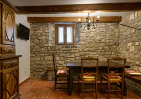 Mesa de comedor con pared empedrada