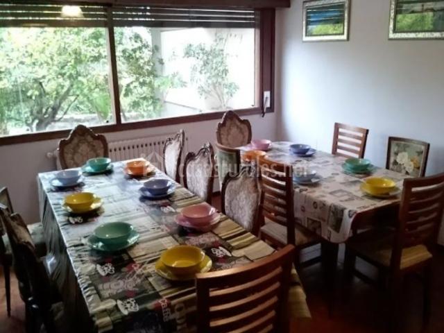 Comedor con varias mesas y ventanales