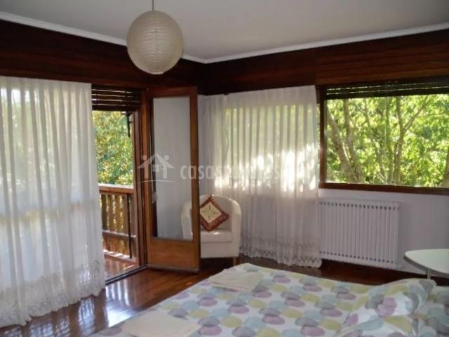 Dormitorio con cama amplia y su salida a la terrazza