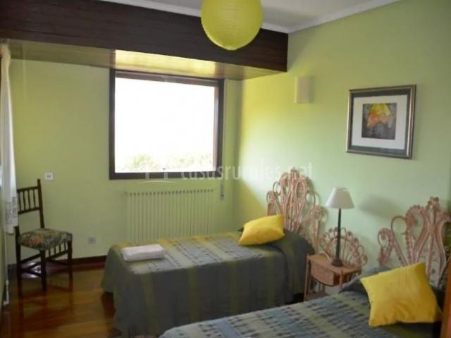 Dormitorio con un par de camas individuales