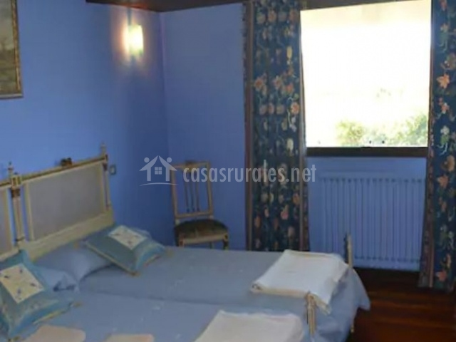 Dormitorio doble con colchas en azul