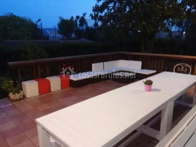 Vistas de la terraza con mesa y bancos