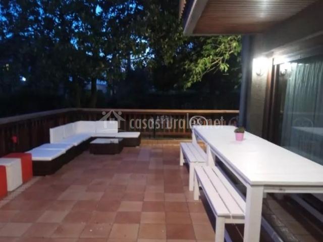 Vistas de la terraza con sillones blancos