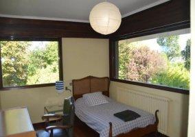 Dormitorio individual con colchas en cuadros