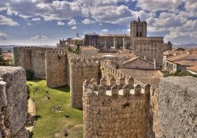 Ávila, muralla y Catedral de fondo