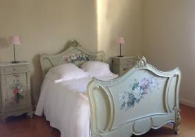 Dormitorio con cama romántica