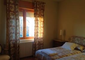 Dormitorio con camas individuales juntas