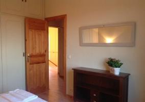 Dormitorio con camas individuales y comoda de madera