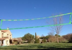 Jardín con pista de voleibol
